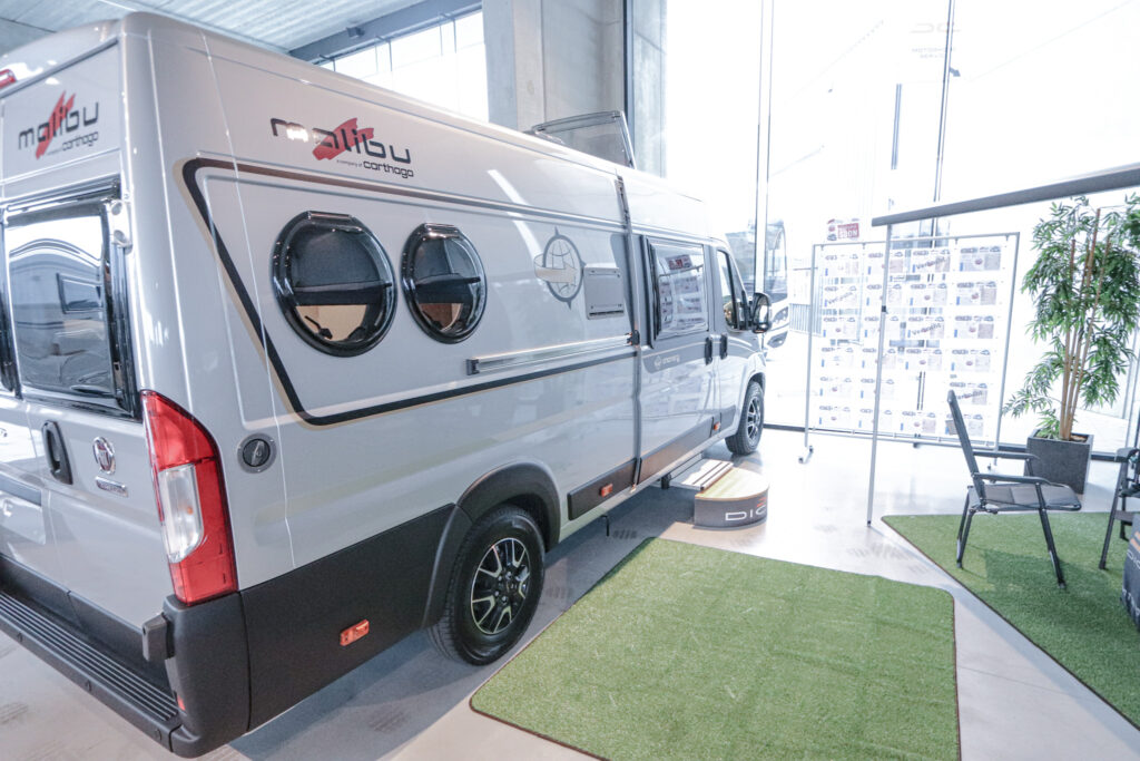 Malibu Van Charming Coupé 640 | 140pk | Alu Grey Metallic